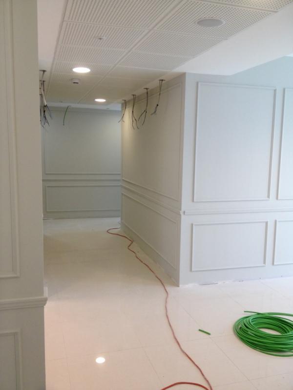 Cornici in gesso su pareti in cartongesso uffici verona for Cornice adesiva per pareti
