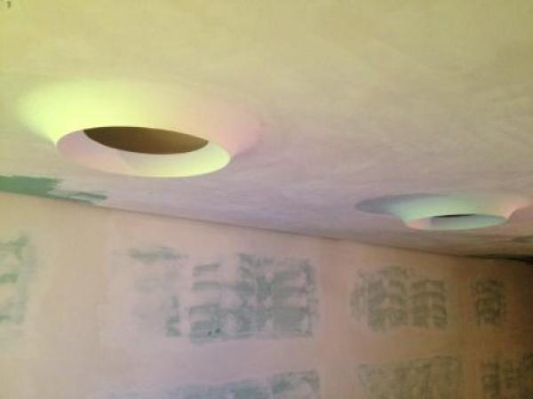 Plafoniere A Soffitto In Gesso : Lisciatura su soffitto con posa di plafoniere da 80 cm foro